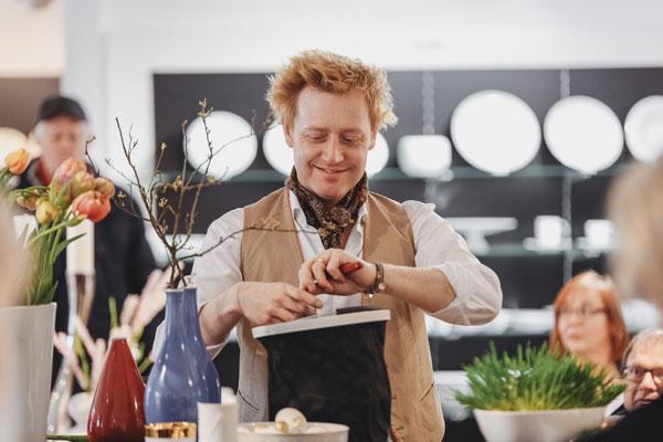 Björn Kroner-Salié im Manufaktur Werskverkauf schneidet Tulpen für Dekoration zu